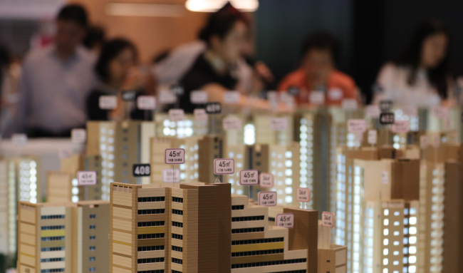 STILL HEATED -- Visitors gather at a model house for a new town being built in Yangcheon-gu, Seoul, Monday. (Yonhap)