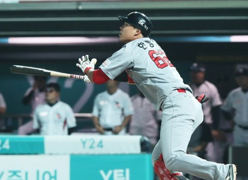 In this file photo taken on May 31, 2017, Han Dong-min of the SK Wyverns watches his three-run home run against the KT Wiz in a Korea Baseball Organization regular season game at KT Wiz Park in Suwon, Gyeonggi Province. (Yonhap)