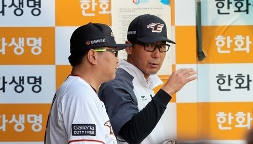Lee Sang-kun (right), interim manager of the Hanwha Eagles, speaks with a coach during a Korea Baseball Organization regular season game against the Kia Tigers at Hanwha Life Eagles Park in Daejeon on May 24, 2017. (Yonhap)