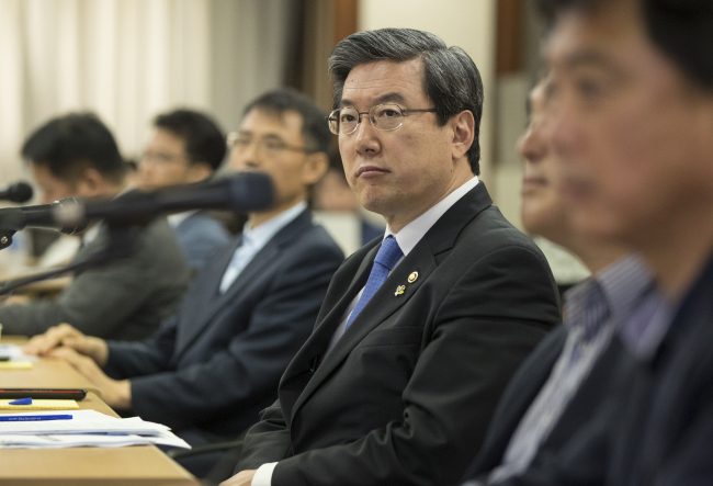 HOW TO SHARE PROFITS -- Joo Young-sup, head of the Small and Medium Business Administration, listens to a presentation during a meeting between the SMBA and franchise operators to discuss how to share profits between the head office of the franchise and its affiliated stores in Seoul, Tuesday. (Yonhap)