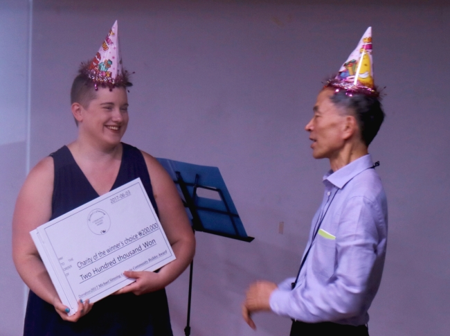 Sarah Elizabeth Hale receives the Michael Simning Community Builder Award on June 3. (Courtesy of Gwangju International Center GIC Talk team)