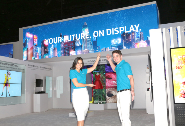 SAMSUNG DISPLAY SOLUTIONS – Staff members help display Samsung Electronics' signage campaign at the world's largest display solutions exhibition, Infocomm 2017, in Orlando, US, Wednesday. (Yonhap)
