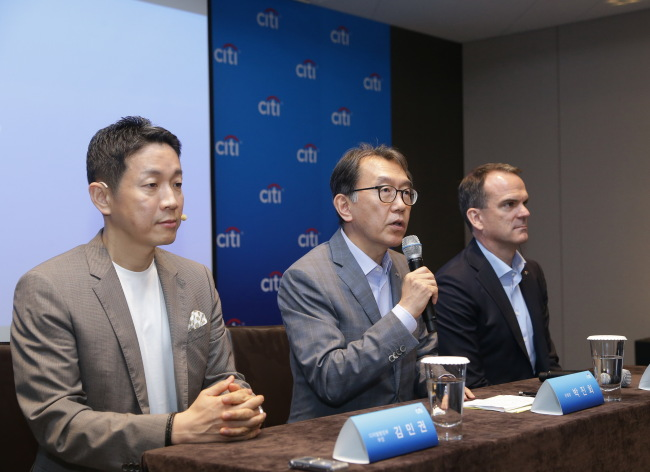 ONLINE BANKING UPGRADE -- Citibank Korea CEO and Citi country officer Park Jin-hei (center) on Thursday speaks on a platform for internet banking services, poised to launch Monday. The unveiled banking service would not require a user to prepare certificate verification nor Active-X, and be compatible with many web browsers including Chrome and Safari. During the event, Park also reconfirmed the bank has no plans for layoffs or exit from Korea in response to lingering speculation sparked by the bank's April decision to shut 80 percent of branches. (Citibank Korea)