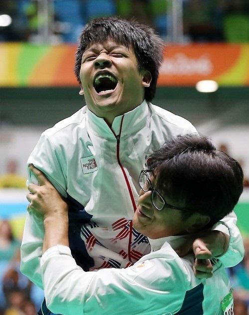 Chung Ho-won (left) and his coach Kwon Chul-hyun (Yonhap)