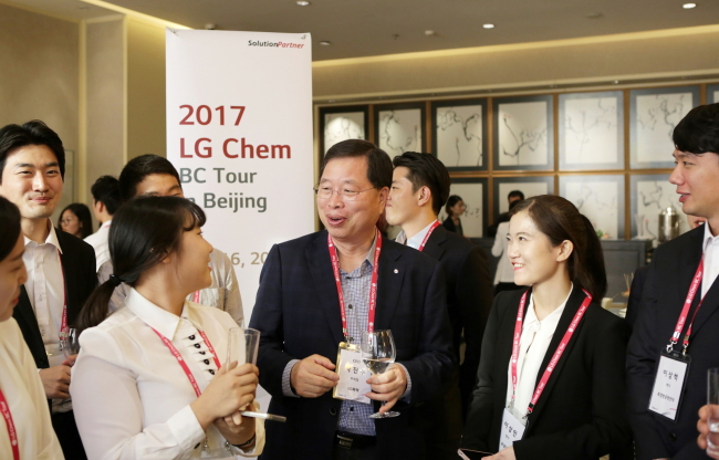 SEEKING TALENT IN CHINA -- Korean battery maker LG Chem's Vice Chairman and CEO Park Jin-soo (center) talks with Chinese college students at the company's recruitment event in Beijing on Saturday. Around 30 students from China's top 10 colleges, including Peking University and Tsinghua University, were invited as part of the company's effort to attract talented local students. (LG Chem)