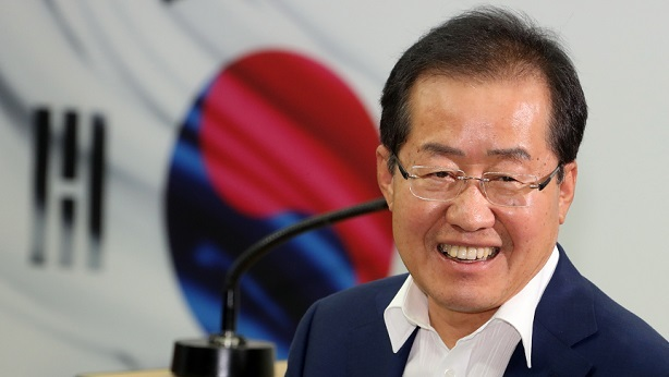 Former South Gyeongsang Province Gov. Hong Joon-pyo speaks to reporters at a press briefing at the Liberty Korea Party's headquarters in Yeouido, Seoul, Sunday. (Yonhap)