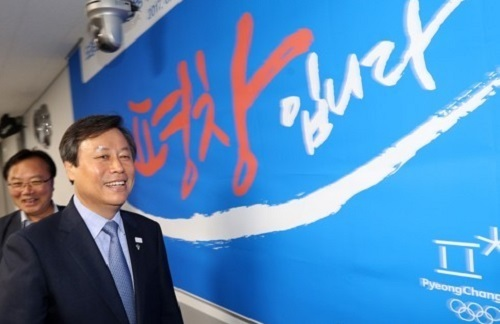Do Jong-hwan, minister of culture, sports and tourism, enters the headquarters of the 2018 PyeongChang Winter Olympics organizing committee in PyeongChang, Gangwon Province, on June 20, 2017. (Yonhap)