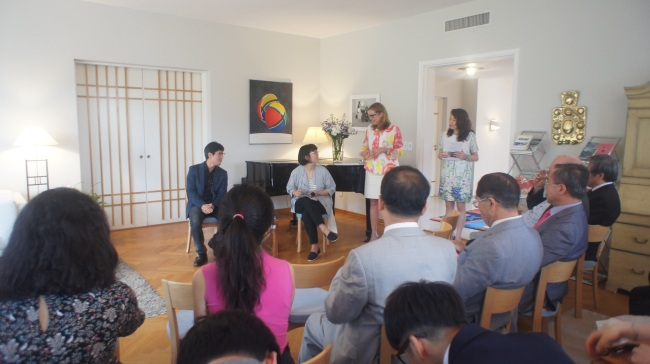 Korean novelist Cheon Myeong-kwan speaks at the Seoul Literary Society meeting held at the Swedish Ambassador's residence in Seoul on Tuesday. (Embassy of Sweden in Seoul)