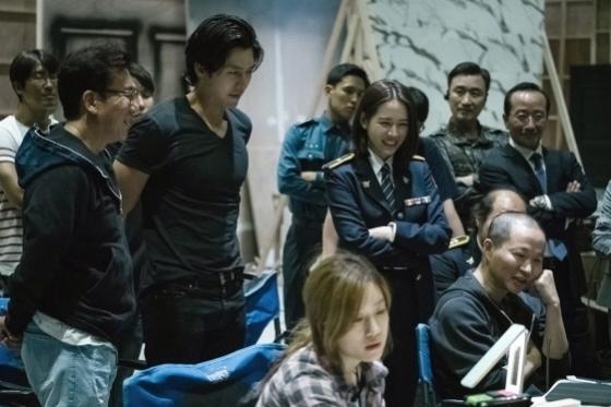 Hyun Bin (second left) and Son Ye-jin (center) on set (JK Film)