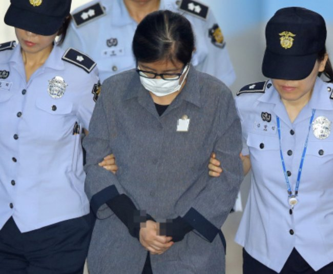 Choi Soon-sil is being escorted to the courtroom. (Yonhap)