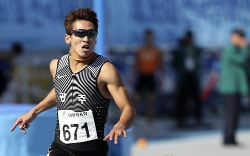 South Korean sprinter Kim Kuk-young crosses the finish line first in the men`s 100m final at the National Sports Festival in Asan, South Chungcheong Province on Oct. 9, 2016. (Yonhap)