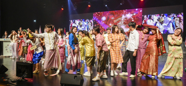 The ASEAN School Tour raised awareness of the Association of Southeast Asian Nations among young Korean students at Ansan Arts Center on June 15. (ASEAN-Korea Center)