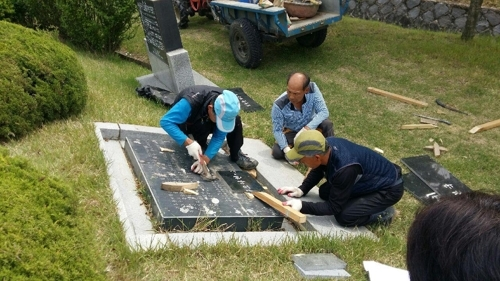 Workers remove a cenotaph for Korean victims of forced labor under Japan`s colonial rule at a national cemetery in the city of Cheonan, south of Seoul, in this undated photo released by the cemetery office on June 26, 2017. (Yonhap)