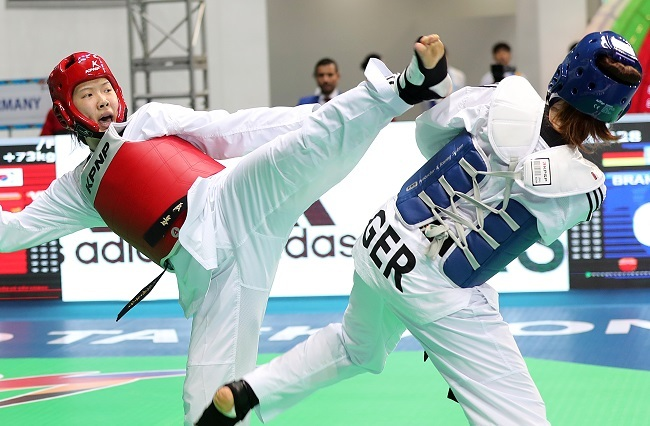 An Sae-bom of South Korea (left) lands a kick on Lorena Brandl of Germany in the round of 16 match in the women`s over-73kg at the World Taekwondo Federation World Taekwondo Championships at T1 Arena in Muju, North Jeolla Province, on June 27, 2017. (Yonhap)
