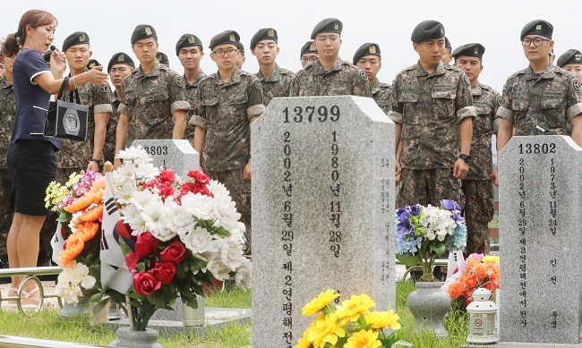South Korean Army soldiers pay their respects to the six sailors killed in the 2002 inter-Korean naval skirmish at the Daejeon National Cemetry on June 27, 2017. (Yonhap)