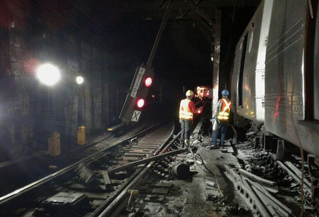 In this photo provided by the Transport Workers Union, Local 100, workers from the New York Metropolitan Transportation Authority respond to the scene of a subway derailment, Tuesday, June 27, 2017, in New York. (AP-Yonhap)