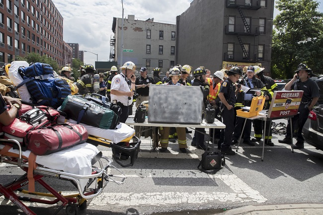 Emergency service personnel work at the scene of a subway derailment, Tuesday, June 27, 2017, in the Harlem neighborhood of New York. (AP-Yonhap)
