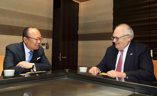 Hanwha Group Chairman Kim Seung-youn (left) talks with Heritage Foundation President Edwin Feulner at Plaza Hotel in Seoul on May 9. (Hanwha Group)