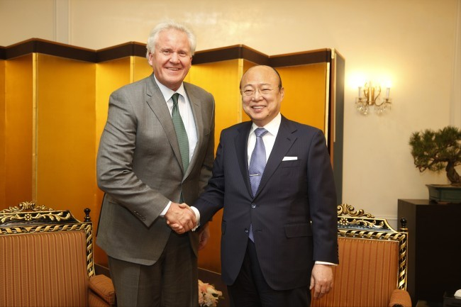 General Electric Chairman Jeffrey Immelt (left) and Hanwha Group Chairman Kim Seung-youn shake hands at Hanwha's headquarters in Jung-gu, Seoul, March 13. (Hanwha Group)