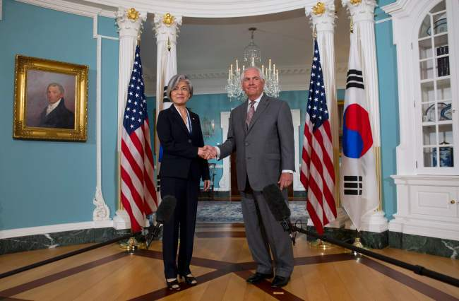 Foreign Minister Kang Kyung-wha shakes hands with US Secretary of State Rex Tillerson ahead of their meeting at the State Department on June 28, 2017. (AFP-Yonhap)