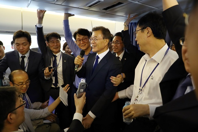 President Moon Jae-in talks with reporters aboard the presidential plane on his way to the United States for a four-day visit on June 28, 2017. (Yonhap)