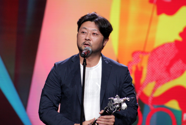Kim Bong-han makes the acceptance speech on behalf of Son Hyun-joo at the 2017 Moscow International Film Festival on Thursday. (Yonhap)