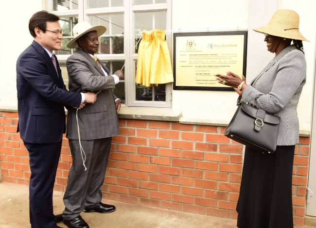 The Export-Import Bank of Korea CEO Choi Jong-ku (left) and Uganda President Yoweri Kaguta Museveni (second from left) celebrate the completion of a technical institute, financed through Korea's Economic Development Cooperation Fund, in Uganda, Thursday. (The Export-Import Bank of Korea)