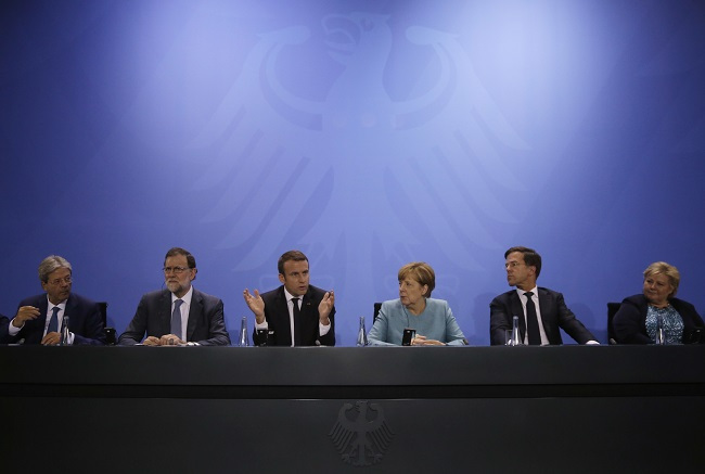 Italian Prime Minister Paolo Gentiloni, Spain`s Prime Minister Mariano Rajoy, France`s President Emmanuel Macron, German Chancellor Angela Merkel, Mark Rutte, Prime Minister of the Netherlands, and Norway`s Prime Minister Erna Solberg, from left, attend a press conference after a gathering of European leaders on the upcoming G-20 summit in the chancellery in Berlin, Germany, Thursday, June 29, 2017. (AP-Yonhap)