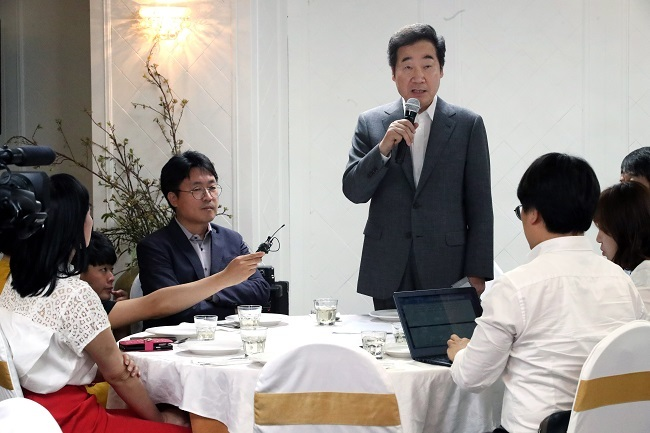 Prime Minister Lee Nak-yon speaks during a meeting with reporters in Seoul on June 30, 2017. (Yonhap)