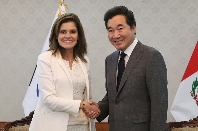 South Korea`s Prime Minister Lee Nak-yon (right) shakes hands with Peruvian Second Vice President Mercedes Rosalba Araoz Fernandez at his office in Seoul on June 30, 2017. (Yonhap)