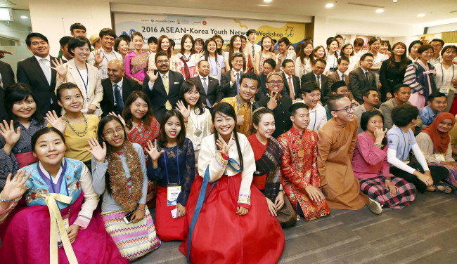 Students pose for a photo at the closing ceremony of the 2016 ASEAN-Korea Youth Network Workshop held in Seoul on Aug. 4, 2016. (ASEAN-Korea Centre)