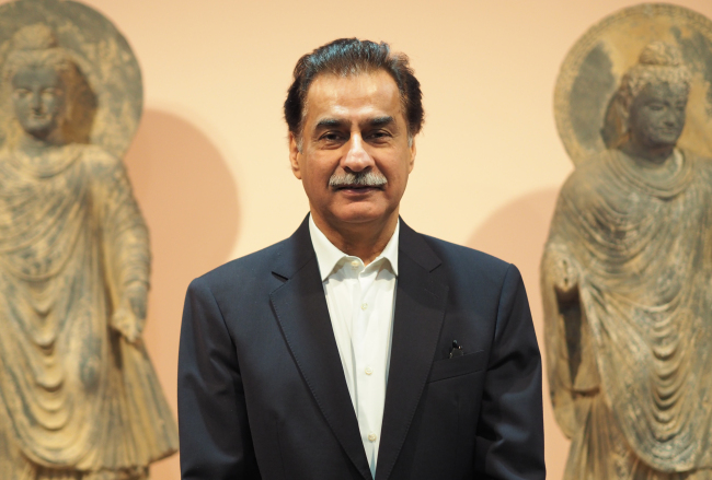 """Sardar Ayaz Sadiq, speaker of the Pakistani National Assembly, poses at the exhibition """"Alexander the Great meets Buddha"""" at Seoul Arts Center, which runs through Sept. 30. (Joel Lee/The Korea Herald)"""