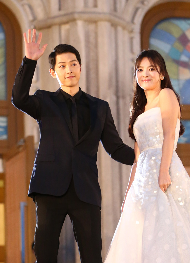 Song Joong-ki and Song Hye-kyo attend the 52nd Baeksang Arts Awards in June, 2016. (Yonhap)