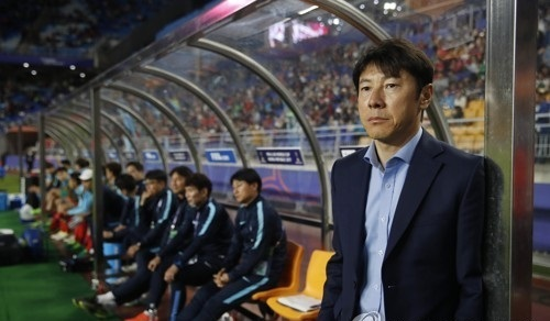 In this file photo taken on May 26, 2017, South Korean football coach Shin Tae-yong watches the FIFA U-20 World Cup match between South Korea and England at Suwon World Cup Stadium in Suwon, Gyeonggi Province. (Yonhap)