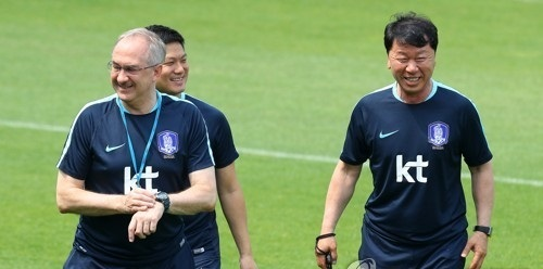 In this file photo taken on May 29, 2017, Jung Hae-sung (R), the chief assistant coach for the men's national football team smiles with then national team head coach Uli Stielike (L) at the National Football Center in Paju, north of Seoul. (Yonhap)