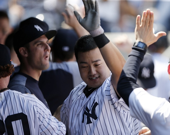 In this photo taken by the Associated Press, New York Yankees' South Korean player Choi Ji-man (C) celebrates with teammates after hitting a two-run home run against the Toronto Blue Jays at Yankee Stadium in New York on July 5, 2017. (Yonhap)