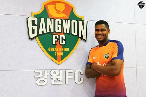 In this photo provided by Gangwon FC on July 6, 2017, Gangwon's new defender Gerson poses for the camera with the club emblem. (Yonhap)