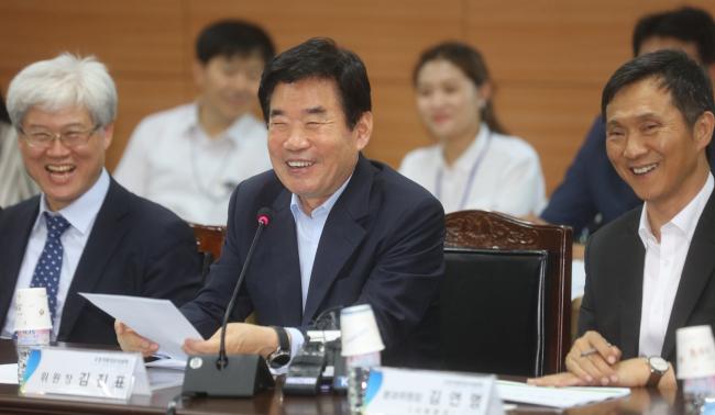 Rep. Kim Jin-pyo (center) (Yonhap)