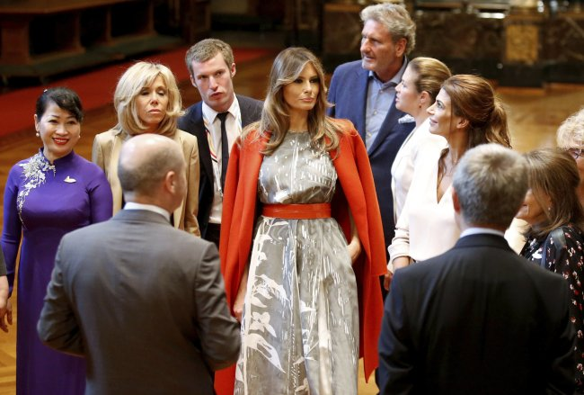 US First Lady Melania Trump stands alongside other spouses during a G-20 leaders spouses event at the town hall during the G20 summit in Hamburg, Germany, Saturday, July 8, 2017. (AP-Yonhap)