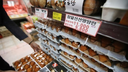 A tray containing 30 eggs is being sold for 11,000 won (US$9.79) at an outlet in Seoul on June 9, 2017, as an unseasonal avian influenza hit the nation, causing the mass culling of chickens and ducks. (Yonhap)