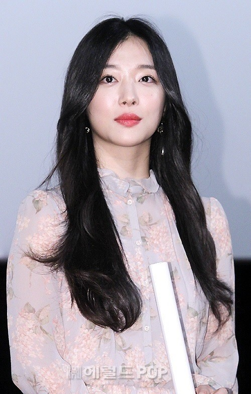 "Singer-turned-actress Sulli poses at a fan event for her recent film ""Real"" (Herald DB)"