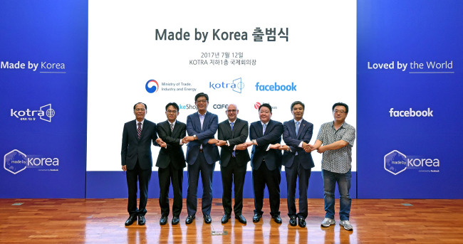 "Facebook's Vice President of Asia Pacific Dan Neary (center), KOTRA President and CEO Kim Jae-hong (third from left) and other officials pose during a ceremony to celebrate the launch of their joint startup accelerating program ""Made by Korea"" at the KOTRA headquarters in Seoul, Wednesday. (Facebook Korea)"