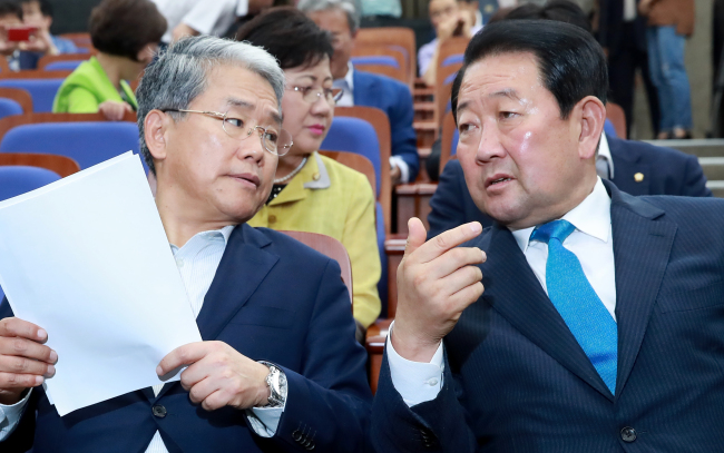 Floor leader Rep. Kim Dong-cheol (left) and interim chief Park Joo-sun of People's Party talks in the party's emergent meeting at the National Assembly on Thursday. (Yonhap)