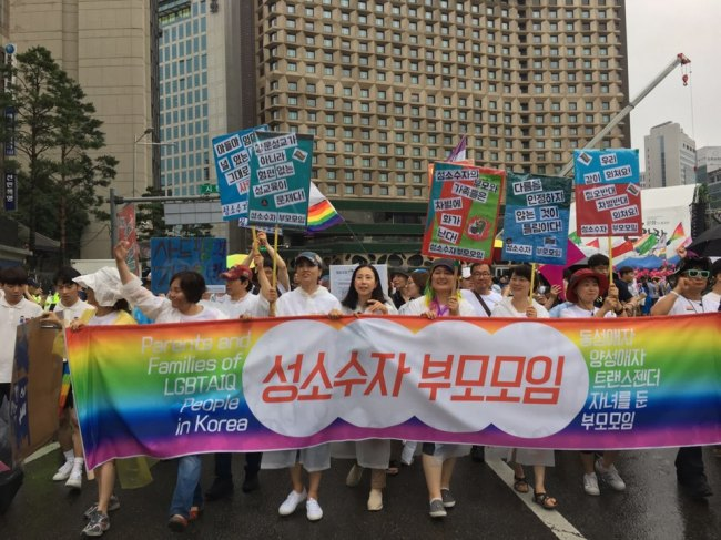 A group of parents of sexual minorities march through central Seoul during the pride parade, Saturday. (Ock Hyun-ju/The Korea Herald)