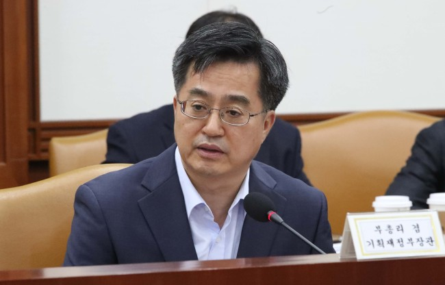 Finance Minister Kim Dong-yeon (second from left) speaks during a meeting of senior government and ruling-party policymakers at the National Assembly building in Seoul on Sunday. (Yonhap)