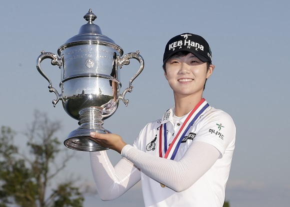 In this Associated Press photo, Park Sung-hyun of South Korea hoists the winner's trophy after capturing the US Women's Open at Trump National Golf Club in Bedminster, New Jersey, on July 16, 2017. (Yonhap)