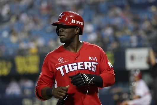 KIA Tigers outfielder Roger Bernadina returns to the dugout after an at-bat on June 30, 2017. (Yonhap)