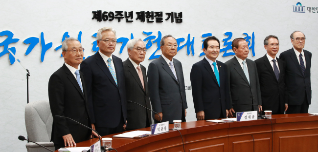 Senior politicians pose for camera in a debate on Constitutional reform at the National Assembly on Monday. (Yonhap)