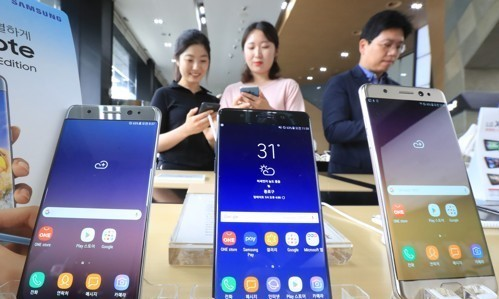 Visitors take a look at the Galaxy Note FE at a shop in Seoul in this file photo taken July 7, 2017. (Yonhap)