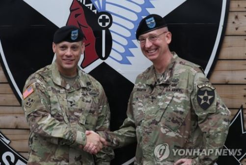 Maj. Gen. D. Scott McKean (L), the new commanding general of the US Forces Korea`s 2nd Infantry Division, shakes hands with his predecessor Maj. Gen. Theodore D. Martin in a change of command ceremony held at Camp Casey in Dongducheon, Gyeonggi Province, on July 18, 2017. (Yonhap)